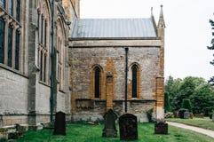 Grafstenen in het kerkhof stock foto