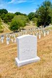 Grafstenen op een grasrijke heuvel bij de Nationale Begraafplaats van Arlington Royalty-vrije Stock Foto