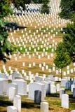 Grafstenen op een grasrijke heuvel bij de Nationale Begraafplaats van Arlington Royalty-vrije Stock Afbeelding