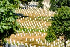Grafstenen op een grasrijke heuvel bij de Nationale Begraafplaats van Arlington Stock Foto's