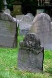 Grafstenen in oude ernstige werf  Stock Afbeeldingen