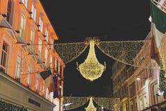 Grafton Street en Dublín adornó con las luces de la Navidad festivas Foto de archivo libre de regalías