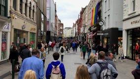 Grafton Street von Dublin, Irland von einer gehenden POV-Ansicht stock video