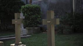 Grafzerk in begraafplaats met gesneden woordenrip rust in vrede stock videobeelden