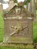 Grafzerk met schedel en gekruiste knekels Stock Foto's