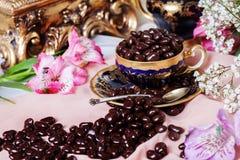 Grageas del chocolate en una taza de café de la porcelana Imagen de archivo