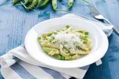 Gragnano pasta med nya gröna ärtor royaltyfri foto