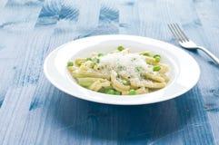 Gragnano pasta med nya gröna ärtor royaltyfria bilder