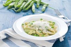 Gragnano pasta med nya gröna ärtor arkivfoton