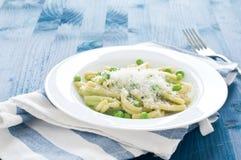 Gragnano pasta med nya gröna ärtor fotografering för bildbyråer