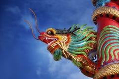 Gragon dorato in tempio cinese Immagini Stock
