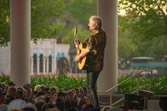 Graham Rusell av lufttillf?rsel som spelar gitarren, ?r den speciala showen p? Epcot i Walt Disney World arkivbilder