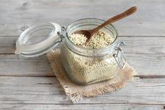 Grain blanc de sorgho dans un pot en verre images libres de droits