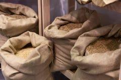 Grain choisi dans les sacs avant le meulage photo libre de droits
