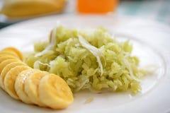 grain déchiqueté de riz avec le thaifood de chair et de banane de noix de coco photographie stock