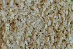 Grain déchiqueté de riz sur la feuille de banane Image libre de droits