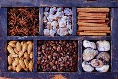 Grain de café, écrous et épices dans l'affichage en bois rouillé Photo libre de droits