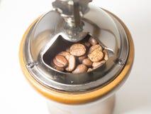 Grain de café dans la broyeur de café Images stock