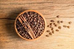 Grain de café dans la cuvette en bois sur la texture en bois photo stock