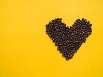 Grain de café dans le concept d'amour de forme de coeur Photo stock
