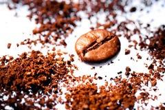 Grain de café et au sol Photos stock