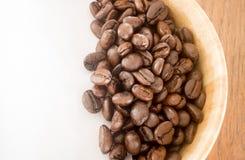 Grain de café rôti dans la cuvette Images libres de droits