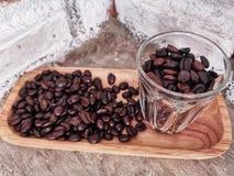 Grain de caf? dans une tasse photographie stock libre de droits