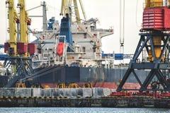 Grain de chargement au bateau dans le port image stock