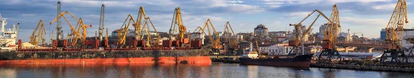 Grain de chargement au bateau dans le port photographie stock