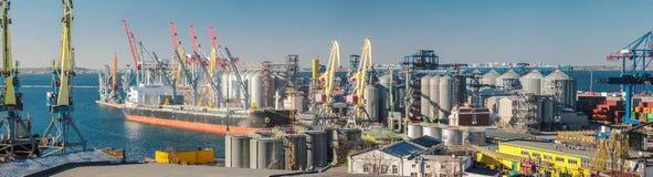 Grain de chargement au bateau dans le port Vue panoramique photographie stock