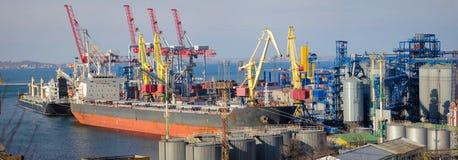 Grain de chargement au bateau dans le port Vue panoramique photos libres de droits