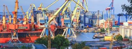 Grain de chargement au bateau dans le port photo libre de droits
