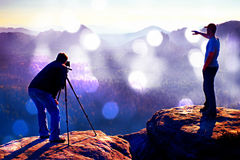 Grain de film L'enthousiaste de randonneur et de photo restent avec le trépied sur la falaise et la pensée Paysage rêveur de viei Photos stock