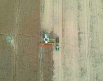 Grain de transfert de moissonneuse de cartel à la remorque de camion, vue aérienne de récolte photographie stock libre de droits