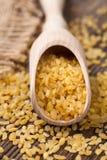 Grain superbe naturel de blé de bulgur de nourritures dans la cuillère Images stock