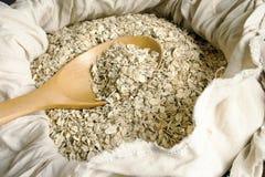 Graine d'avoine roulée dans la cuillère Photos libres de droits