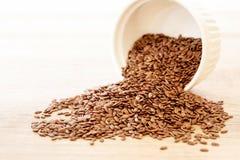 Graine de lin haute étroite en cuillère en bois, nourriture superbe avec la taille d'un élément nutritif de fibre et anti acides  photo stock