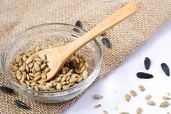Graine de tournesol épluchée - cuillère en bois Images stock