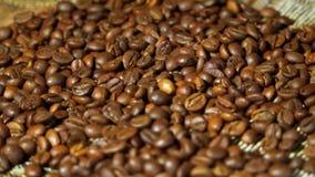 Grained kaffe, hög av att rotera grillade kaffebönor stock video