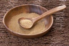 Graines d'amaranthe dans la cuvette et la cuillère en bois - amarantus Photos stock