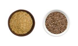 Graines d'or et brunes de lin sur le fond blanc Vue supérieure graines d'or et brunes de lin dans une cuvette d'isolement sur le  Photo libre de droits