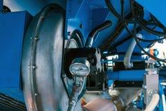 graines de alimentation de pompe pneumatique de la trémie dans des tambours et des ouvreurs avant l'ensemencement dans le sol photos libres de droits