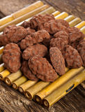 Graines de cacao, chocolat foncé et truffes de chocolat Photographie stock libre de droits