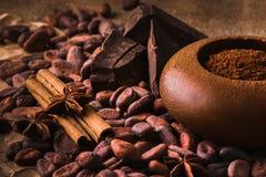 Graines de cacao crues, chocolat noir délicieux, bâtons de cannelle, sta Photographie stock libre de droits