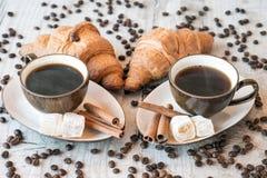 Graines de café avec la tasse de café et le croissant Photos stock