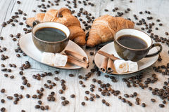 Graines de café avec la tasse de café et le croissant Image stock