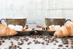 Graines de café avec la tasse de café et le croissant Photo libre de droits