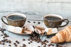 Graines de café avec la tasse de café et le croissant Photo stock