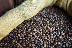 Graines de café dans les sacs Café traditionnel vietnamien Images libres de droits