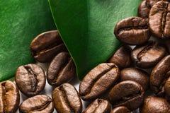 Graines de café et lames Photo libre de droits